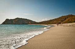 Bella vista delle onde spumose contro la sabbia bianca Immagine Stock