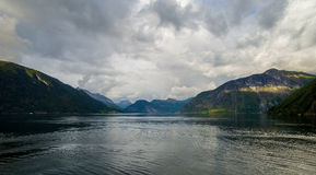 Bella vista di estate del fiordo norvegese Fotografie Stock Libere da Diritti