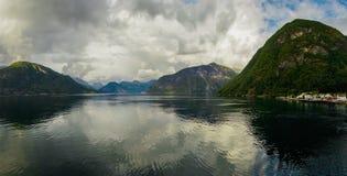 Bella vista di estate del fiordo norvegese Fotografia Stock Libera da Diritti