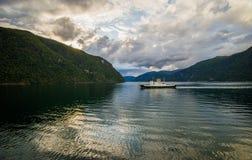 Bella vista di estate del fiordo norvegese Fotografia Stock