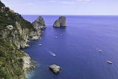 Bella vista di Faraglioni in Capri immagine stock