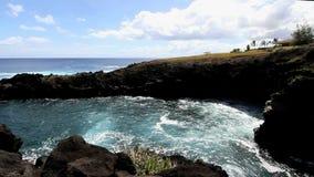 Bella vista di giorno di acqua in caverna del mare video d archivio