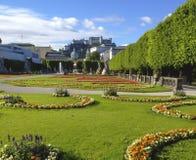 Bella vista di giorno di estate dei giardini di Mirabell con il castello nei precedenti, Salisburgo, terra di Salzburger, Aust di immagini stock