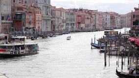 Bella vista di Grand Canal, vista dal ponte di Rialto Venezia, Italia stock footage
