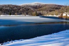 Bella vista di inverno del lago Abbott con ascoltare collina fotografie stock