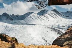 Bella vista di inverno della montagna della neve Fotografia Stock Libera da Diritti