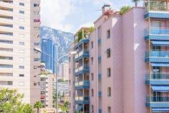 Bella vista di luce del giorno alla facciata delle costruzioni dell'hotel con gli ornamenti Fotografia Stock Libera da Diritti