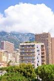 Bella vista di luce del giorno alle costruzioni alte della città, agli alberi verdi e Fotografia Stock