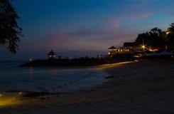 Bella vista di notte del mare e della spiaggia sabbiosa Fotografie Stock