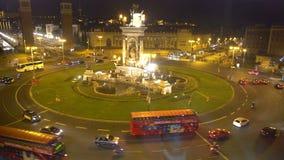 Bella vista di notte del quadrato centrale a Barcellona, fontana su Plaza de Espana archivi video