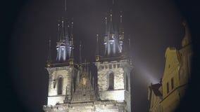 Bella vista di notte della chiesa gotica a Città Vecchia di Praga, repubblica Ceca stock footage
