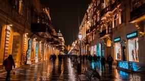 Bella vista di notte della via di Niazmi, a Bacu immagini stock libere da diritti