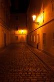 Bella vista di notte della via a Praga Fotografia Stock