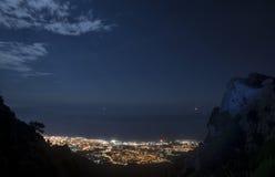 Bella vista di notte di Marbella dall'altitudine della montagna Fotografie Stock Libere da Diritti