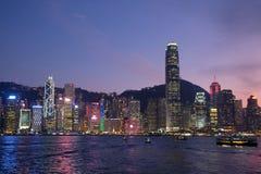 Bella vista di notte a Victoria Harbour, Hong Kong fotografia stock libera da diritti