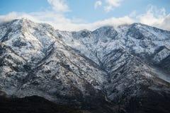 Bella vista di paesaggio del picco di montagne nevoso in alpi albanesi Fotografia Stock