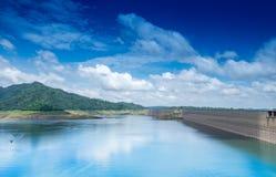 Bella vista di paesaggio della diga di Khun Dan Prakan Chon della cresta della diga immagini stock libere da diritti