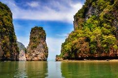 Abbellisca la vista delle isole della baia di Phang Nga e delle scogliere, Tailandia Immagini Stock