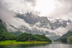 Bella vista di paesaggio e del paesaggio del fiordo in un giorno nuvoloso, Norvegia Immagine Stock