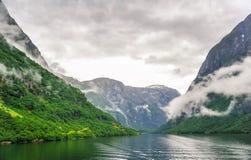 Bella vista di paesaggio e del paesaggio del fiordo in un giorno nuvoloso, Norvegia Immagine Stock Libera da Diritti