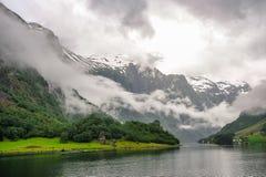 Bella vista di paesaggio e del paesaggio del fiordo in un giorno nuvoloso, Norvegia Immagini Stock Libere da Diritti