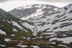 Bella vista di paesaggio e del paesaggio della Norvegia, delle colline e della montagna coperte parzialmente di neve bianca Fotografia Stock Libera da Diritti