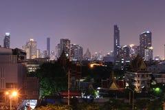 Bella vista di panorama di BANGKOK, TAILANDIA di vita notturna della città e delle costruzioni di Bangkok fotografie stock