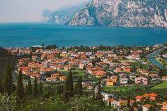 Bella vista di panorama di un lago della montagna in Italia del Nord in Lombardia di lago di garda da una vista dell'occhio del ` Immagine Stock Libera da Diritti