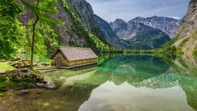 Bella vista di piccolo cottage sul lago Obersee in alpi Fotografia Stock