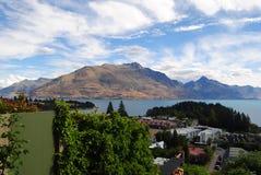 Bella vista di Queenstown& x27; città, lago e montagne di s immagine stock libera da diritti
