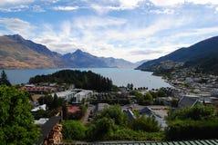 Bella vista di Queenstown& x27; città, lago e montagne di s Fotografia Stock