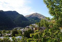 Bella vista di Queenstown& x27; città, lago e montagne di s immagine stock