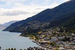Bella vista di Queenstown& x27; città, lago e montagne di s fotografia stock libera da diritti