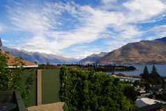 Bella vista di Queenstown& x27; città, lago e montagne di s fotografie stock libere da diritti