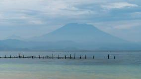 Bella vista di sera alla st Agung Vulcano su Bali dall'isola di Nusa Penida, rete nella parte anteriore alcune nuvole nel fondo Fotografie Stock Libere da Diritti