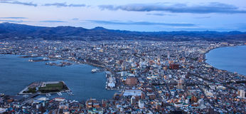 Bella vista di tramonto dalla città di Mt Hakodate, di Hakodate con la baia e dal porto sulla penisola con il mare da entrambi i  Immagini Stock