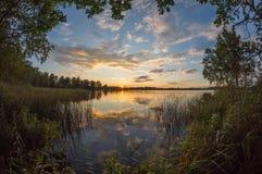 Bella vista di tramonto sopra il lago Fotografie Stock