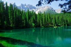 Bella vista di un lago sulle alpi in Italia Immagini Stock Libere da Diritti