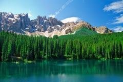 Bella vista di un lago sulle alpi in Italia Fotografia Stock Libera da Diritti
