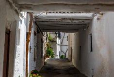 Bella vista di una via stretta in un villaggio di La Alpujarra, Immagine Stock Libera da Diritti