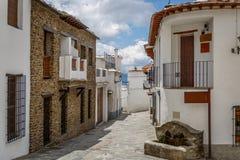 Bella vista di una via in un villaggio di La Alpujarra, Spagna Fotografie Stock Libere da Diritti
