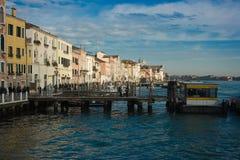 Bella vista di Venezia con il canale, barche, buildi Fotografia Stock