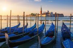 Bella vista di Venezia con le gondole ad alba immagini stock libere da diritti