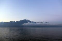 Bella vista entro una mattina nebbiosa ad alba sul lago Lemano Fotografia Stock