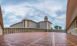 Bella vista grandangolare della moschea di Istiqlal Fotografie Stock