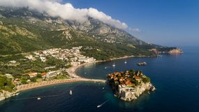Bella vista panoramica aerea all'isola in Budua, Montenegro di Sveti Stefan immagine stock libera da diritti