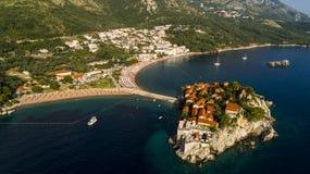 Bella vista panoramica aerea all'isola in Budua, Montenegro di Sveti Stefan immagini stock