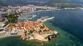 Bella vista panoramica aerea alla vecchia città in Budua immagini stock libere da diritti
