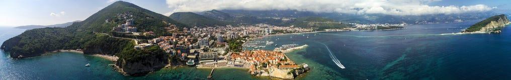 Bella vista panoramica aerea alla vecchia città in Budua ed in Budua Riviera fotografie stock libere da diritti