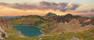 Bella vista panoramica al lunersee ed alle alpi austriache al tramonto Fotografia Stock
